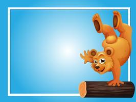 Blauwe achtergrond sjabloon met beer op log