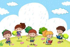 Gelukkige kinderen die in de regen spelen