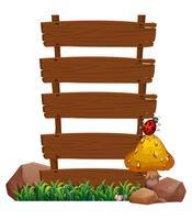 Een leeg houten uithangbord met een insect bij de bovenkant van de paddestoel