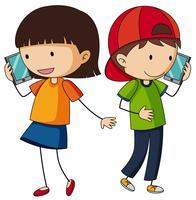 Jongen en meisje die op cellphone spreken