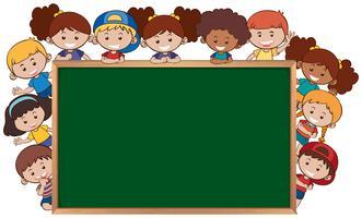 Kinderen naast de schoolbordsjabloon vector