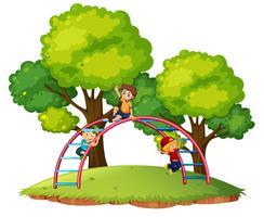 Jongens spelen playgroud-apparatuur