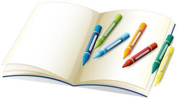 Leeg boek en veel kleurpotloden