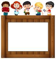 Kinderen staan rond het frame
