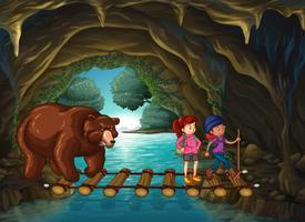 Wandelaars en beer in de grot