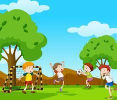 Jongens voetballen in het veld