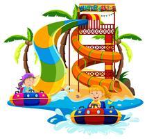 Jongen en meisje spelen waterglijbaan vector