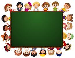 Schoolbord met veel kinderen rond de grens