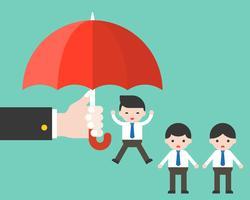 De hand van het bedrijf houdt paraplu voor één zakenman