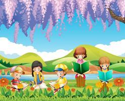 Kinderen die boeken in het park lezen vector