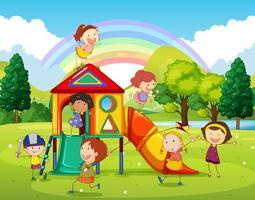 Kinderen die bij de speelplaats in het park spelen vector