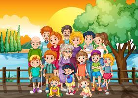 Familieleden die zich op de brug bij zonsondergang bevinden