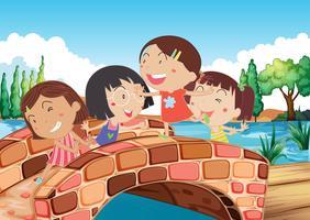 Kleine meisjes spelen op de brug