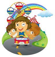 Een voertuig met gelukkige kinderen in de buurt van het pretpark