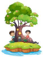 Twee jongens aan de achterkant van de betoverde boomhut