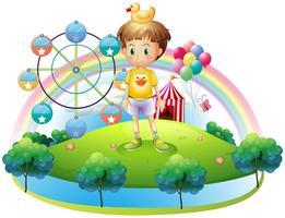 Een jongen met een rubberen eend in een eiland met een carnaval