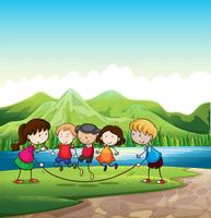 Kinderen spelen buiten in de buurt van de rivier
