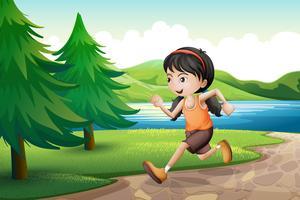Een meisje dat dichtbij de rivieroever met pijnboombomen loopt