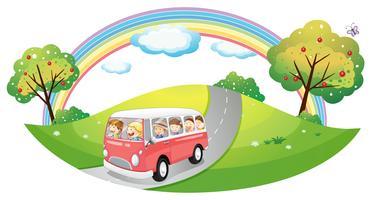 Een roze bus met passagiers