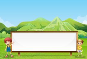 Een groot leeg uithangbord op het veld met twee kinderen