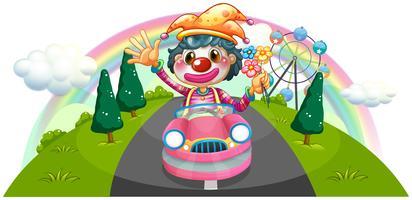 Een gelukkige vrouwelijke clown die op een roze auto berijdt
