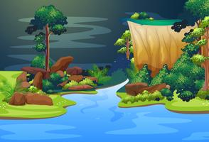 Een diepblauwe rivier in het bos