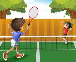 Twee jongens die tennis spelen