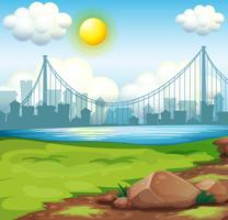 Een mening van de rivier dichtbij de lange gebouwen onder de heldere zon