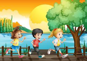 Drie kinderen rennen in de haven