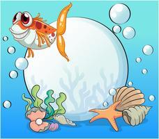 Een lelijke vis onder de zee in de buurt van de parels