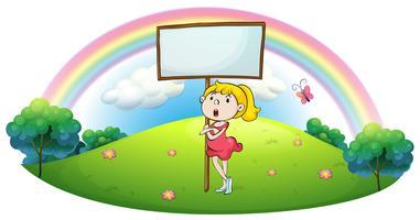 Een meisje dat zich onder een leeg uithangbord bevindt
