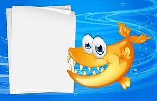 Een vis met scherpe tanden naast een leeg papier onder water