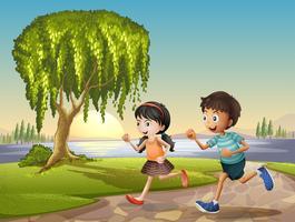 Twee kinderen lopen samen