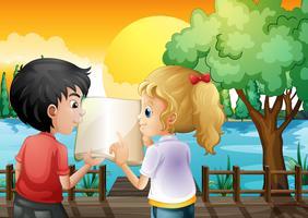 Een meisje en een jongen die bij de houten brug bespreken
