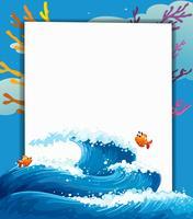 Een leeg uithangbord in het midden van de zee