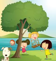 meisjes spelen onder boom