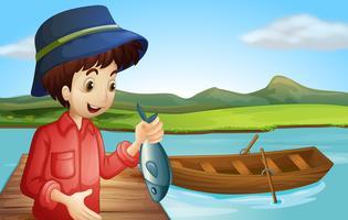Een visser met een vis