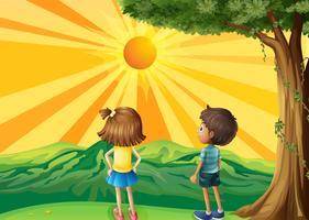Twee kinderen kijken naar de zonsondergang