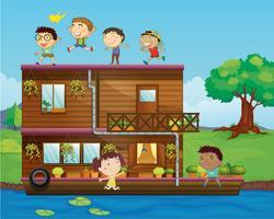 kinderen spelen in de buurt van een woonboot