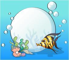 Een oceaan met een vis en schelpen