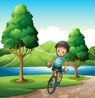 Een mannelijke fietser die dichtbij de rivier biking