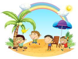 Vier jongens hebben een uitje op het strand