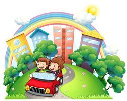 Een meisje en een jongen rijden op de auto langs de weg