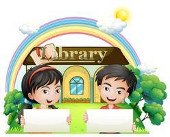 Twee kinderen met lege uithangborden staan voor de bibliotheek