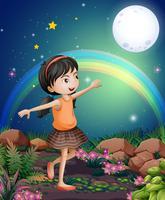 Een gelukkig jong meisje dat dichtbij de bloemen speelt
