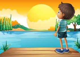 Een jongen die op de zonsondergang let