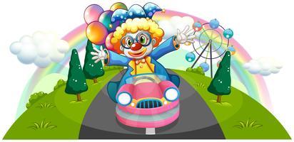 Een clown die in een roze auto met ballons berijdt
