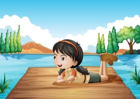 Een meisje dat bij de haven ligt