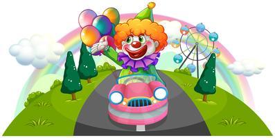 Een gelukkige clown die in een roze auto berijdt