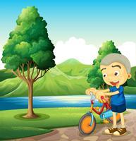 Een schattige kleine jongen speelt met zijn fiets